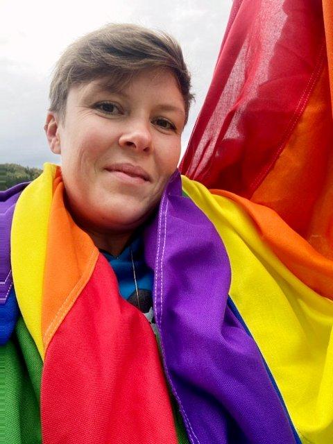 SEIRET: Karoline Tveitan fikk gjennomslag for å benytte Pride-flagg i Siljan kommune.