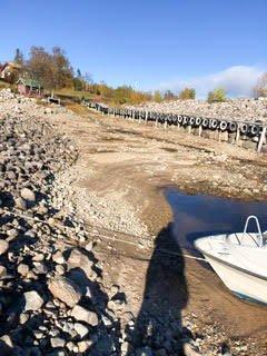 PROBLEMER: Den lave vannstanden skaper problemer for de fastboende.