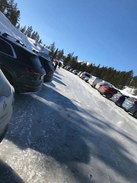 SMEKKFULL: Parkeringsplassen på Gavlesjå var smekkfull i dag. Kriseteamet i Notodden anbefaler å ikke være mer enn to-tre sammen og at det da også holdes avstand. De har ikke noe i mot at folk drar på tur, men de anbefaler at ikke alle drar samtidig og til samme sted.