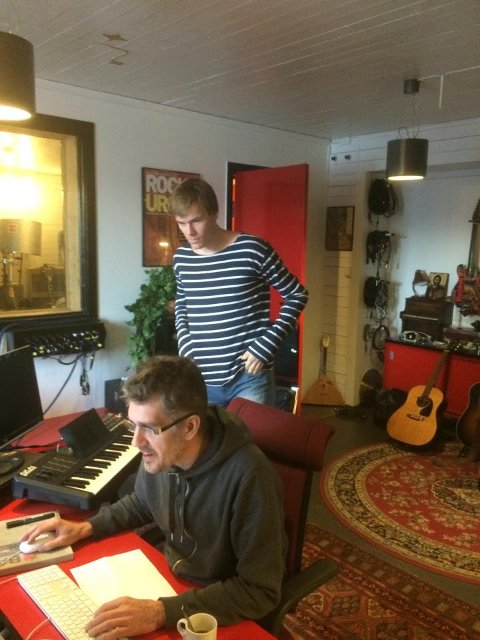 Jo Sverre i studio på Dora, med Håkon Gebhardt bak spakene. Kjent fra blant annet HGH, Motorpsycho og Meg og Kammeraten min.