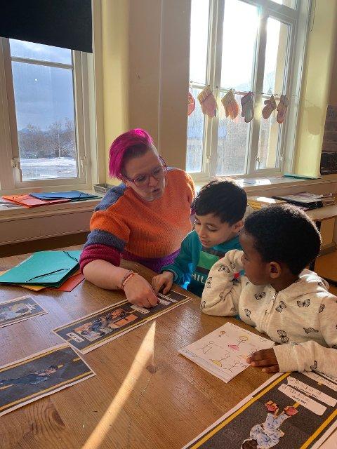 Lærer Gyrid Hessen Monge i samtale med barna om livets start.