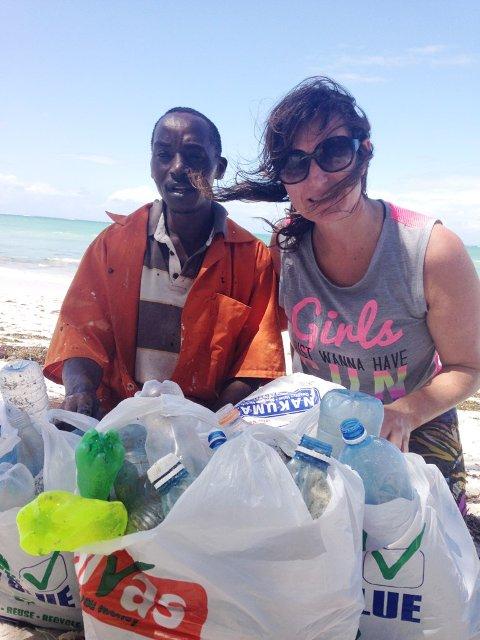 Også i Kenya, som Nina Hanssen her besøker, er plastforsøpling et enormt problem.