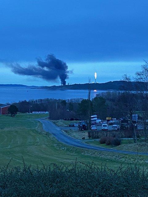 Bygget på Tjeldbergodden hvor det begynte å brenne onsdag, er torsdag undersøkt med drone.