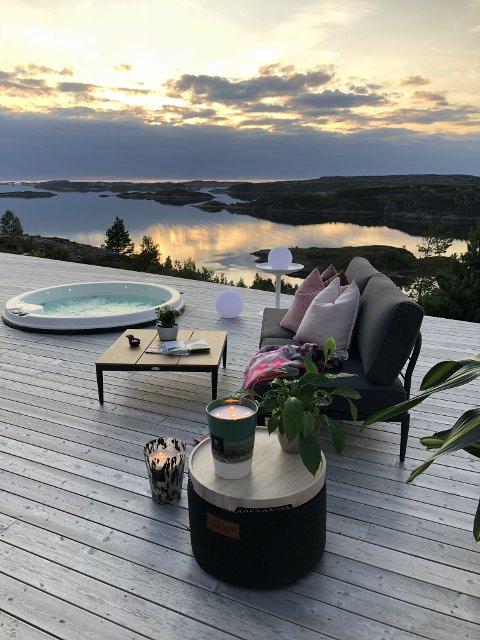 UTSIKT: Da Marit Folland på Averøya la ut sitt hus på Airbnb i fjor vår, ble det raskt fullbooket. Siden har blant annet tyskere, amerikanere, kinesere og nederlendere kommet for å oppleve denne utsikten.