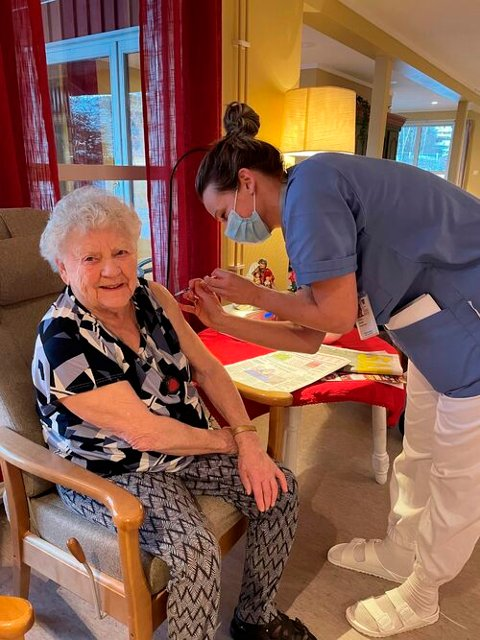 Anny Lervik, beboer på helsesenteret på Kyrksæterøra, ble første innbygger som mottok vaksine i Heim kommune. Det var sykehjemslege Andrea Løvaas som satte sprøyta.