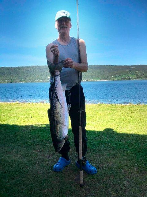 8,4 KILO: Ramon Flodstrøm fikk denne laksen på 8,4 kilo tirsdag. Laksen er en av de foreløpig 29 lakser som er landet ved Surnas bredd.