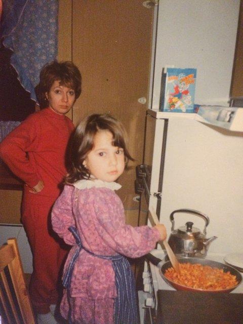 UNG KOKK: – Her lager jeg mat med mamma. Jeg ar, og er fortsatt, veldig glad i å lage mat, sier Nora Mehsen.