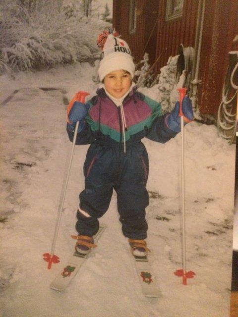 FERSK I SPORET: – Her står jeg på ski for aller første gang. Jeg falt rett etter bildet ble tatt, forteller Nora Mehsen.