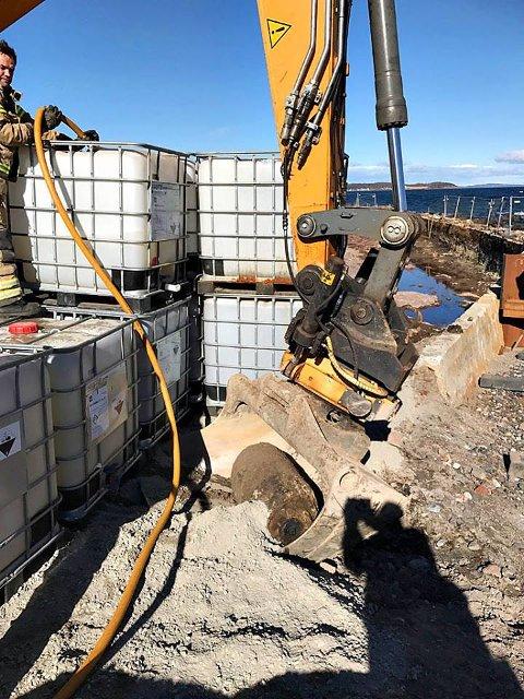 SIKRES: Her fylles vanntanker for å sikre funnstedet.