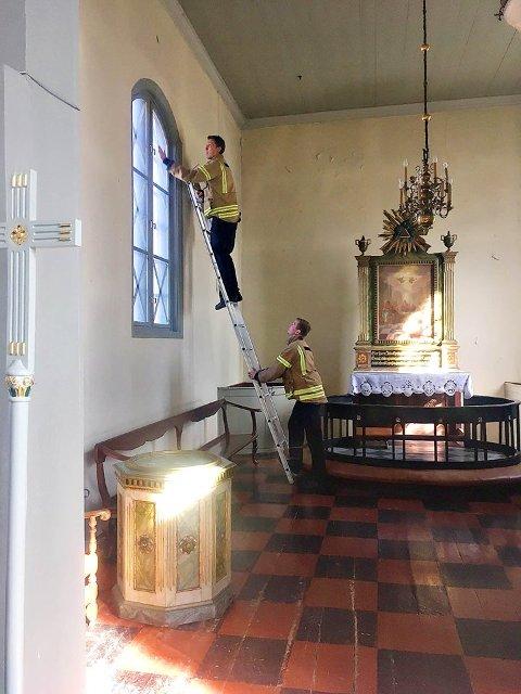 KIRKESIKRING: Her sikres vinduene på Vallø kirke.