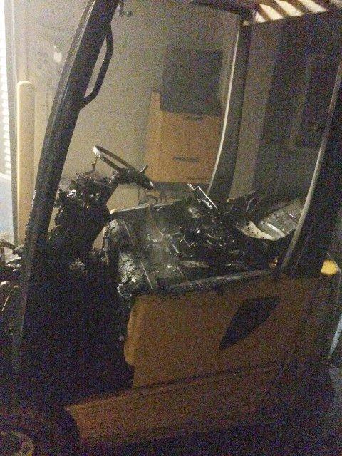 MINDRE SKADER: Brannen spredte seg ikke fra trucken, men det ble noen mindre skader på lokalene som følge av strålevarmen.
