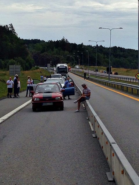 En person måtte frigjøres fra en av bilene etter kollisjonen.
