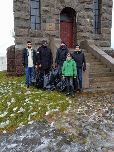 Sarib Ahmed, Danish Ahmed, Behzad Tahir, Sarfraz Nawaz og Aqeel Ahmed Qamar brukte de første timene av det nye året på å rydde opp etter gårsdagens nyttårsfest i sentrum.