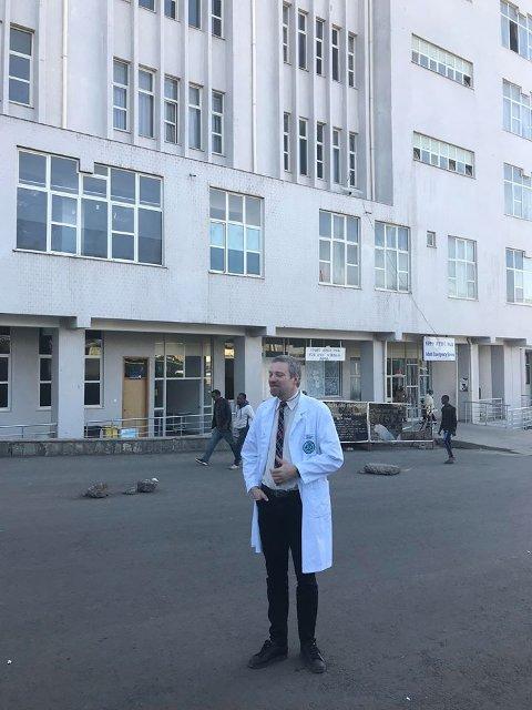 SYKEHUS: Bjarte Andersen utenfor sykehuset i Addis Abeba, der operasjonsstue for kikkhullskirurgi nå er etablert.
