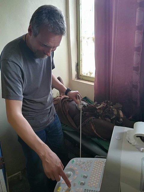 LETER: Her leter Bjarte Andersen etter Kirurg Bjarte leter etter hydatide cyster, som han opererer.