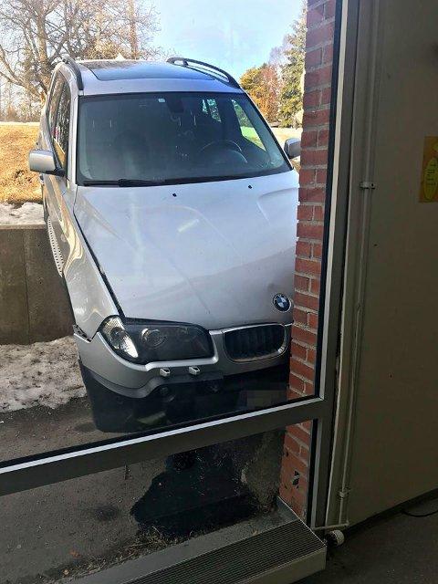 SJEKKET BYGGET: Kommunens folk skal for sikkerhets skyld sjekke bygget for skader etter at bilen er fjernet.