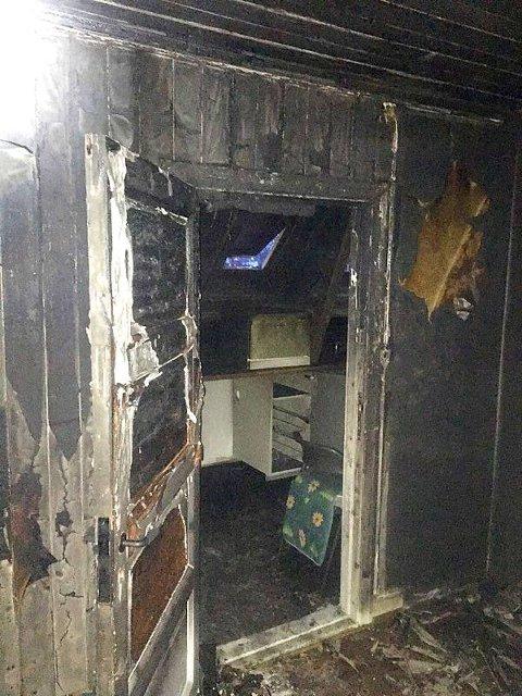 Det var ingen personer i huset da brannvesenet kom fram tirsdag morgen. Huset er under oppussing.