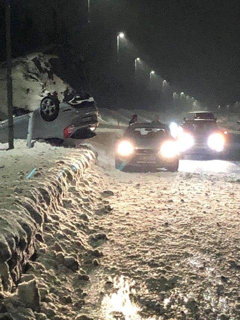 PÅ TAKET: En bil havnet utfor veien på E18 fredag kveld.