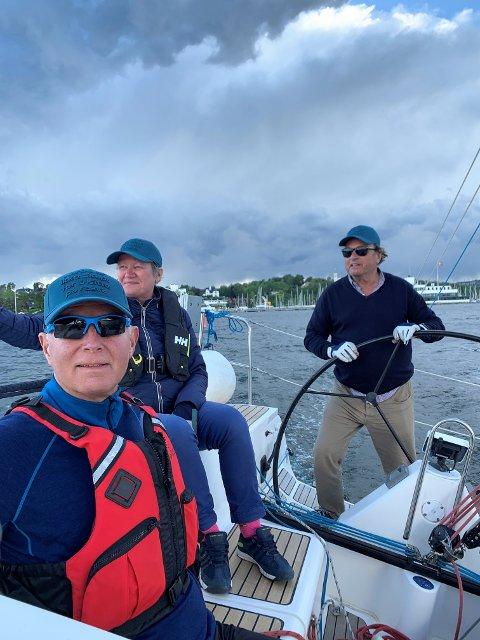SEILER FOR KREFTSAKEN: Helsedirektør Bjørn Guldvog, Anne Grete Sagen og skipper Svein Ivarson seiler Færderseilasen med båten som for anledningen døpes om til «Aktiv mot kreft».