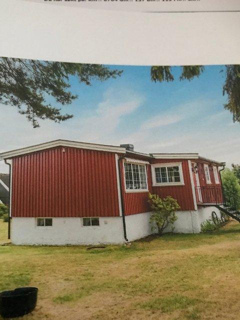 GRATIS SOMMERDRØM: Denne rødmalte stua på 57 kvadratmeter gis bort gratis på Finn.no.
