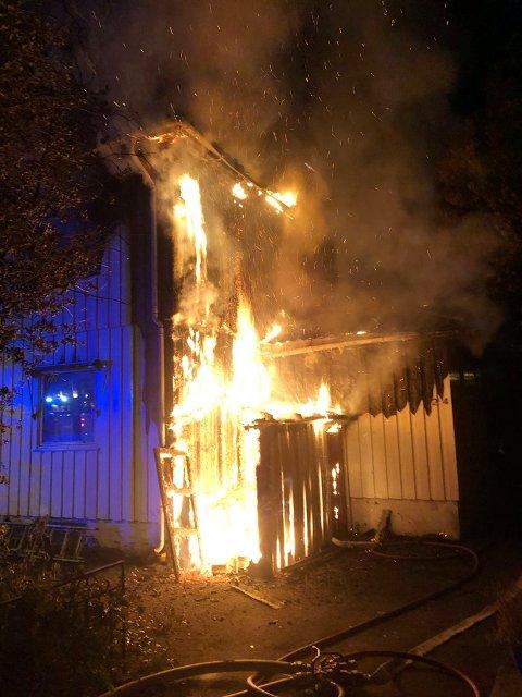 BRANN: Da det brant i dette bygget i Olav Trygvasons gate i Tønsberg, sviktet teknikken for brannmannskapene inne i den brennende bygningen. Heldigvis gikk det bra, men hendelsene er rapportert som nestenulykker med stort skadepotensial.