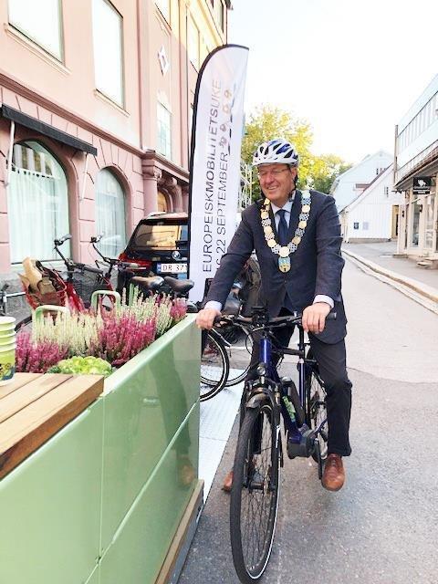 TAR SYKKELEN: Ordfører Petter Berg tar sykkelen til jobb på fredag, og håper mange velger det samme.