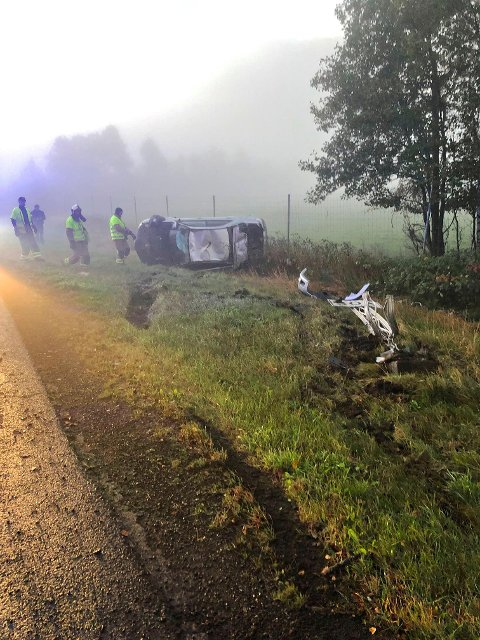 GIKK RUNDT: En person er tatt hånd om av helsepersonell etter en bilulykke mandag morgen. Her er Vestfold Interkommunale Brannvesen (VIB) på ulykkesstedet.