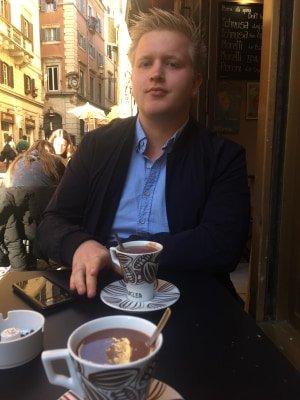 FRYKTER IKKE SMITTE: Christoffer Tofte Feed (21) bor for øyeblikket i Roma. Han forholder seg foreløpig rolig til viruset som herjer Italia