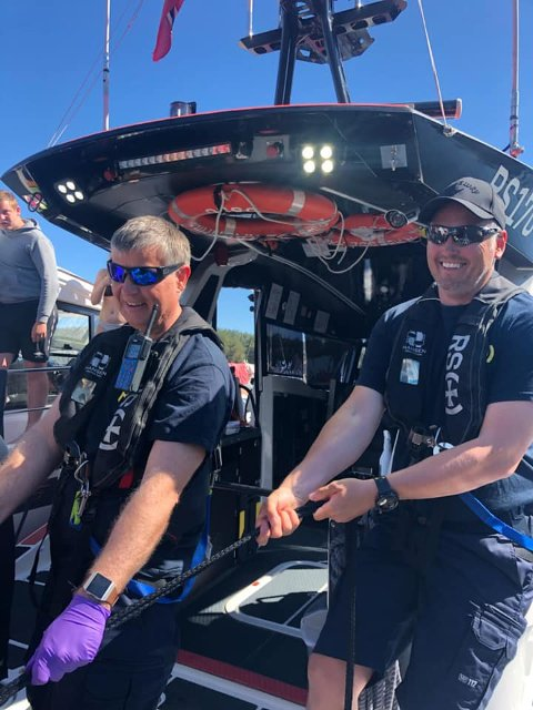 REDDER VANNSKUTER: Med god hjelp fra Tor Arne Brattlie (til venstre) og Marius Dahlen, båtfører på RS «Prinsesse Ragnhild», trekkes en vannskuter, som holdt på å synke, opp på trygg grunn.