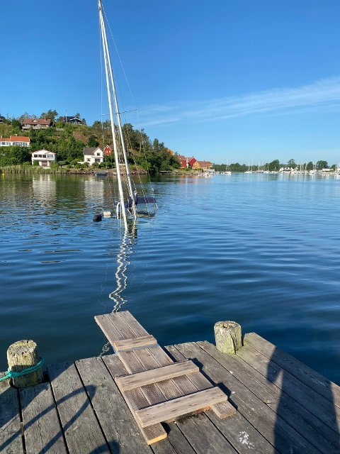 SANK: Her ligger seilbåten på havets bunn i Husøysund.