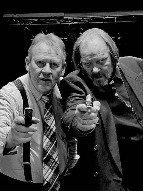 """LEIEMORDERE: Gus (Rolf Dolven) og Ben (Geirr Johnson) prøver etter beste evne å døyve angsten mens tiden i kjelleren går i Harold Pinters """"Kjøkkenheisen""""."""