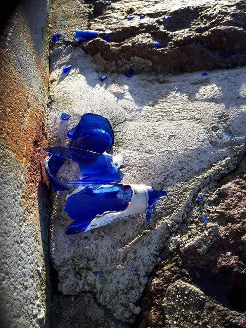 MED VILJE: Det ser ut til at noen har knust flasker langs steinmoloen med vilje. Nå oppfordrer velgruppen alle turgåere å ta et tak.
