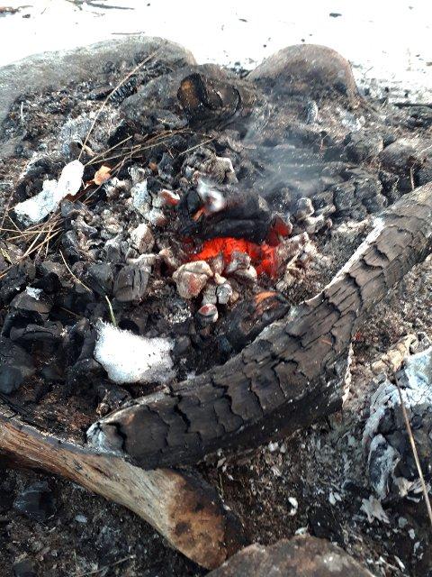 SLOKK ETTER DET: Selv om det er vinter, skal du slokke bålet etter deg.
