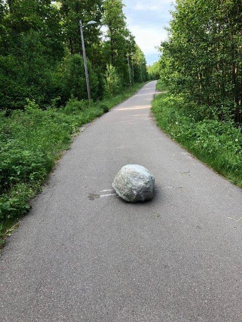 DUKKET PLUTSELIG OPP: Steinen ligger der det tidligere har vært en bom.