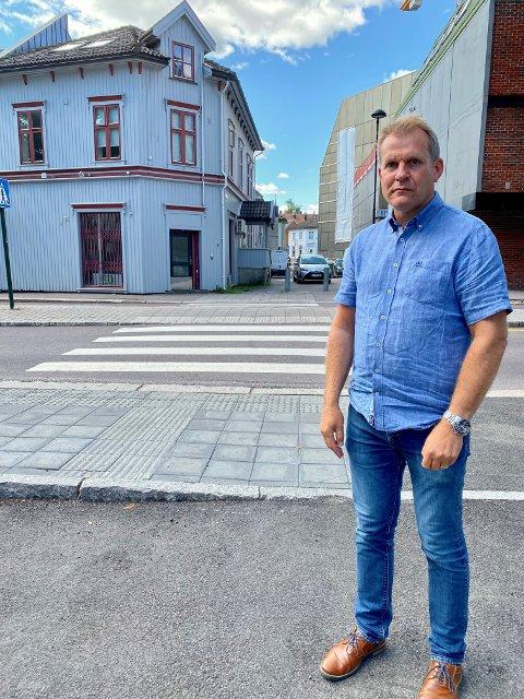 REAGERER: Jan Erik Glad hos Statsforvalteren har varslet kommunen om at flere bilister bruker fortauet som innkjøring til parkeringsplassen.