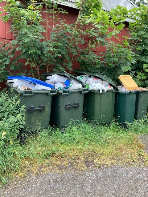 Her har Eva tatt bilde av noen av det hun kaller problemsøppelkassene på Hvasser, i krysset Oppegårdsveien-Båtbyggerstien.