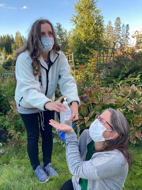 SMITTREVERN: Sabine Sandungen serverer Lise Thomassen Midtskogen en god dose med desinfeksjonsmiddel.