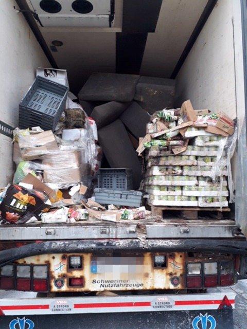 ANKLAGET FOR MATJUKS: Dette er et av bildebevisene mot butikken i Storlien. Matvarer og skrot skal ha blitt oppbevart side om side.