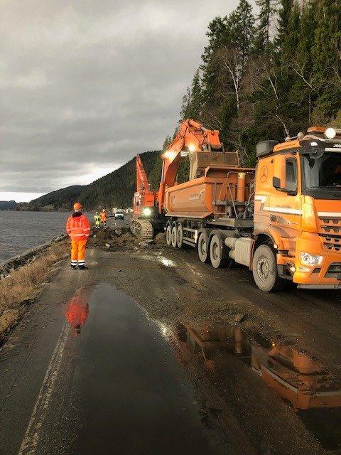 FERDIG FØR JUL: Går alt etter planen vil Statens vegvesen og entrepenør, Åfjord-selskapet Johs J. Syltern, være ferdig i starten av desember. Arbeidet er beregnet å ta tre uker.