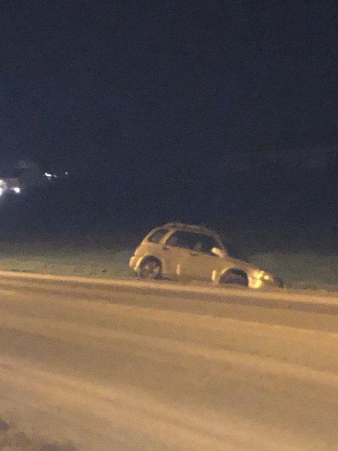 ENDTE I GRØFTA: Bilen fikk sleng og skled av veien selv om føreren kjørte rolig, opplyser politiet. Ingen ble skadd i utforkjøringen.