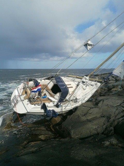 Det er denne seilbåten som er funnet ved Urholmen i Flatanger.