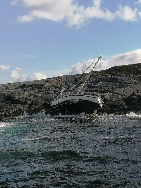 FORLIS: Båten lå forlatt i fjæresteinene på Urholmen etter redningsaksjonen. Aage Hasvåg, som bor i området, er skuffet over at ingen tok ansvar for å berge båten.