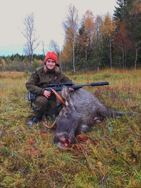JAKT-LYKKE: Selma Lykke Slørdal (16) fra Steinkjer poserer stolt etter å ha felt sin første elg i helga.