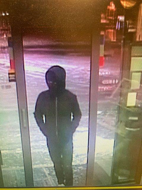 RANSJAKT: Politiet gikk sent onsdag kveld ut med dette bildet av den antatte gjerningspersonen. Politiet ber også om tips i saken.