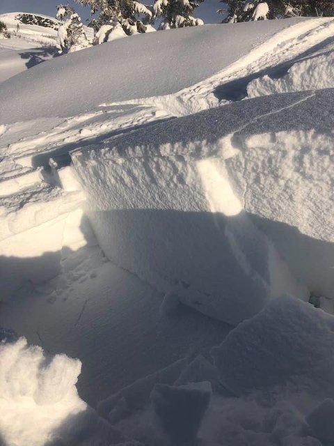 Stor skredfare: Bilde fra Stakken i Geitfjellet der det torsdag ble kjørt tråkkemaskinspor fra Bjørgan-Snøhytta-Rundtjønnhytta-Bjørgan. – I leheng med mye snø kan det fort løsne helt ned på bar bakke, melder Skjalg Åkerøy i Grong fjellstyre.