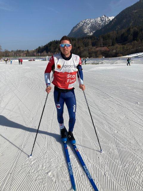 VIKTIG JOBB: Eirik Lorentsen på plass i VM-løypa fredag formiddag for å teste ski: – Det blir tunge skirenn, og skal du henge med må du ha topp ski.