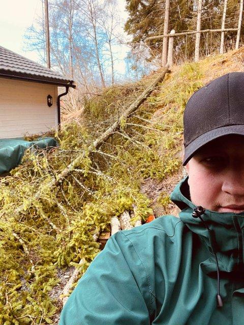 BRAK: Bjørnar Voigt hørte et brak – da oppdaget han det store treet som hadde ramlet ned mellom garasjen og bolighuset. – Det var litt skremmende, sier han.