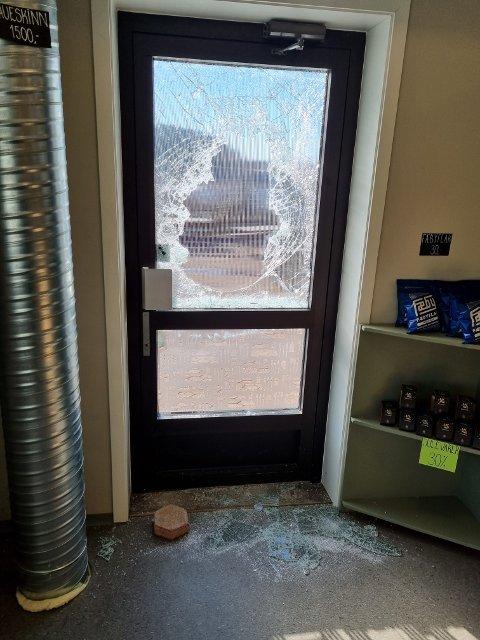 BREKK: Slik så det ut inne i butikken etter at ansatte i God Mat Lokalt kom på jobb.