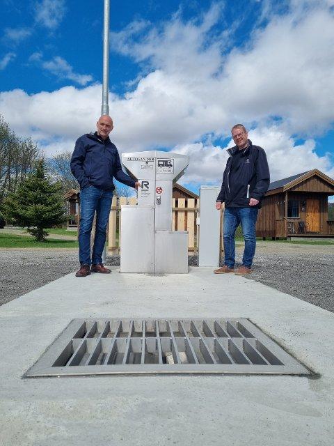 NYTT TILBUD: Ordfører Per Olav Tyldum (til venstre) og Hans Robert Blengsli  ved Bjøra camping er veldig fornøyd med at anlegget står klart til bruk nå som turistsesongen nærmer seg.
