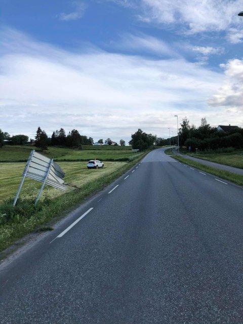 MEID NED: Både skilt og bil fikk skader i sammenstøtet.